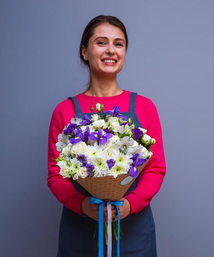 Тот момент, когда не можешь не улыбаться. Цветы точно дарят радость, даже, когда просто фотографируешься с ними. . Работаем с 8:00 до 20:00 Заказы +79000001133 Рашпилевская 28 tiffanyblooms.ru . #букеткраснодар #букет_от_тиффани #tiffanyblooms #flowers #цветыкрд #доставкацветовкраснодар #доставкабукетовкраснодар #букетвшляпнойкоробке