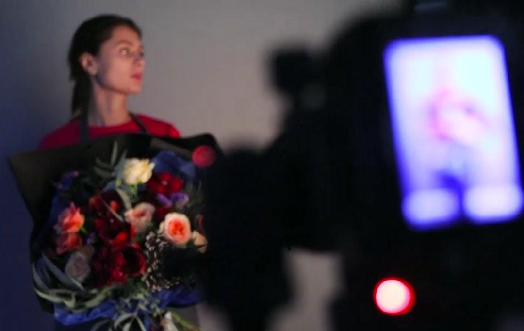 Ночью мы делаем тёмные дела — снимаем букеты. В кадр попало очередное тёмное дело. . Работаем с 8:00 до 20:00 Заказы +79000001133 Рашпилевская 28 tiffanyblooms.ru . #букеткраснодар #букет_от_тиффани #tiffanyblooms #flowers #цветыкрд #доставкацветовкраснодар #доставкабукетовкраснодар #букетвшляпнойкоробке