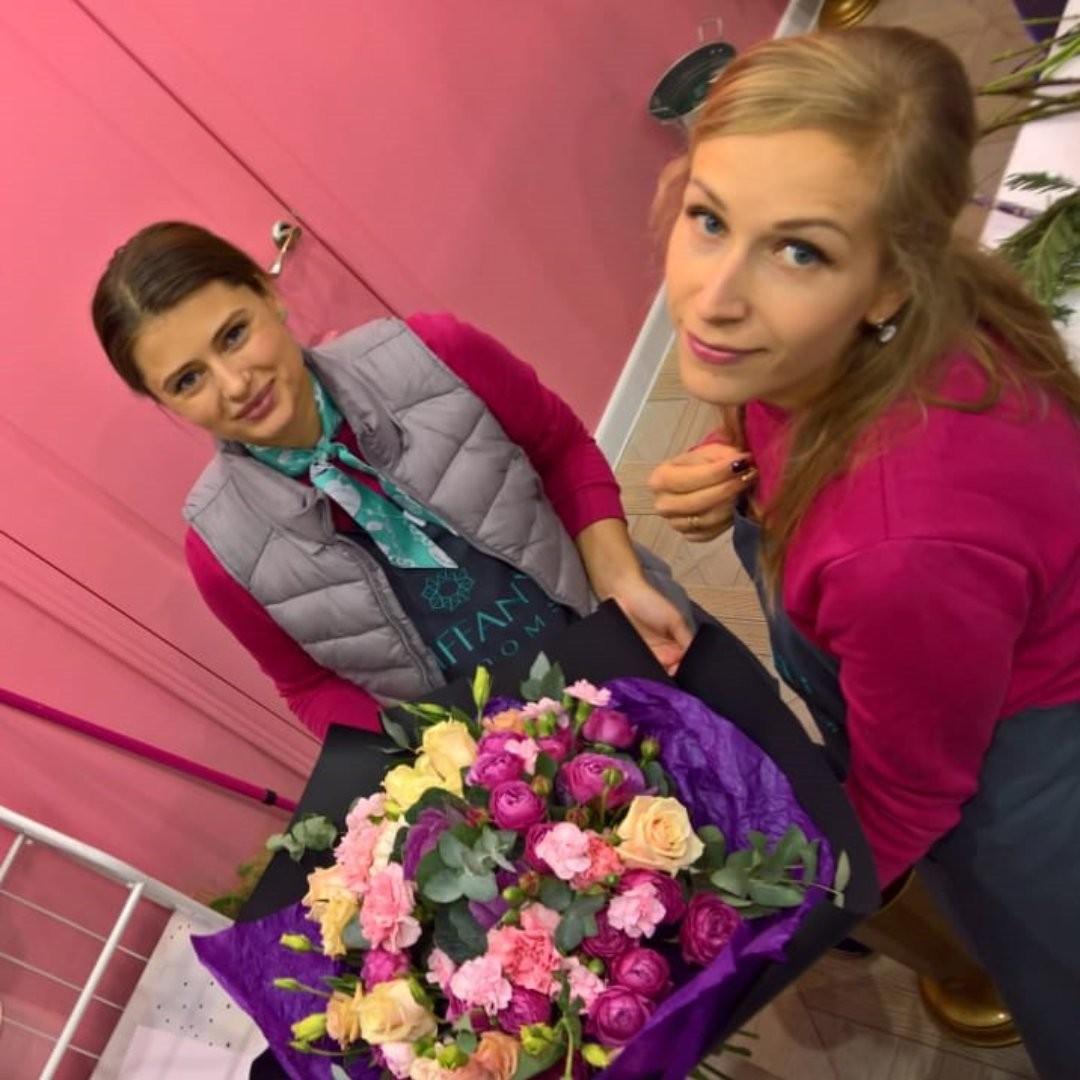 Да, мы трудимся. А у вас, что происходит сейчас? Пишите комментарии. @elena_kolesnikova  @irina_bloomboom . . Звоните +79000001133 Рашпилевская 28 Работаем с 8:00 до 20:00 tiffanyblooms.ru . #букеткраснодар #букет_от_тиффани #tiffanyblooms #flowers #цветыкрд #доставкацветовкраснодар #доставкабукетовкраснодар #букетвшляпнойкоробке