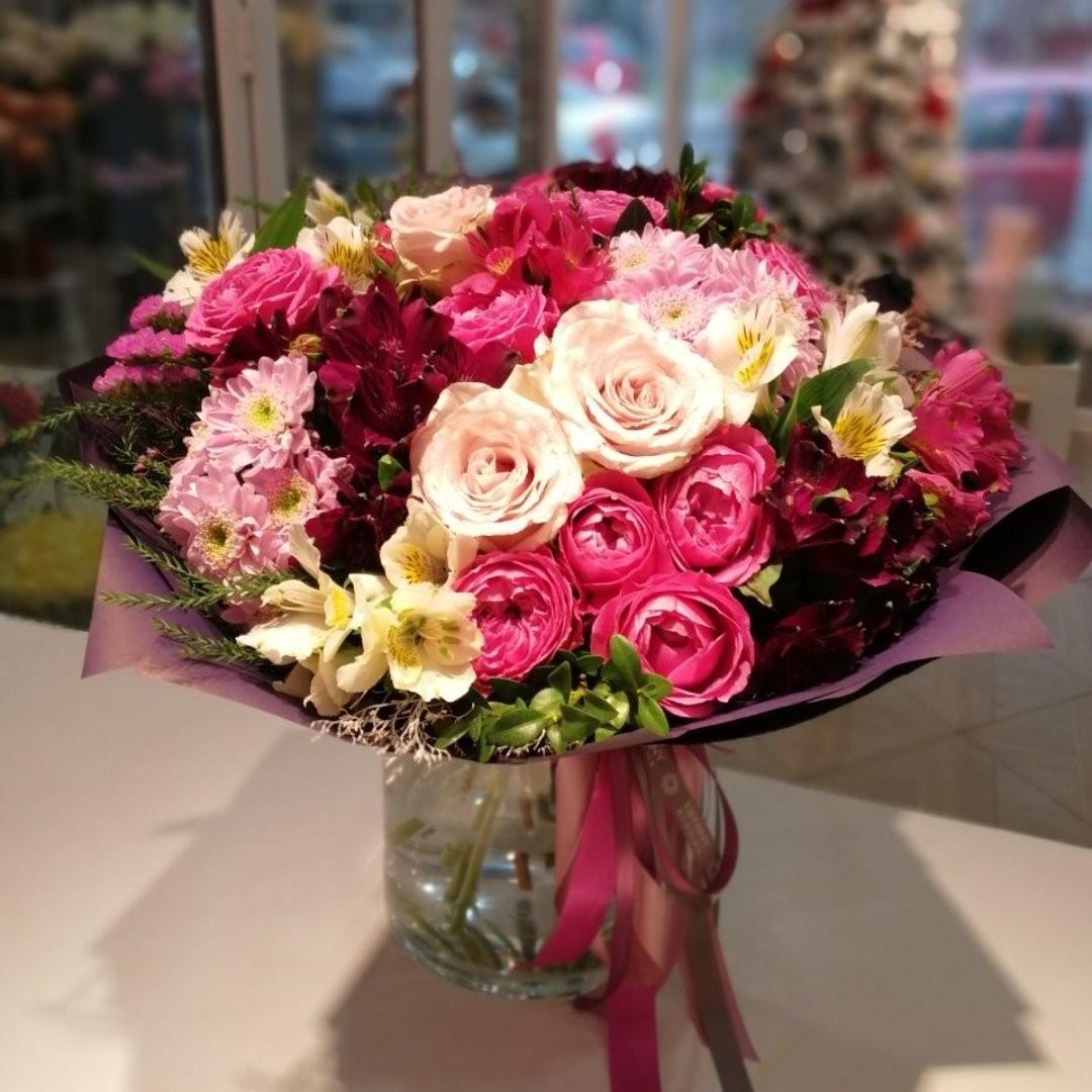 Часто будний день проходит один похожий на другой. И возможно именно наш букет окажется тем ярким моментом, который позволит этому дню остаться в памяти. . Звоните +79000001133 Рашпилевская 28 Работаем с 8:00 до 20:00 tiffanyblooms.ru . #букеткраснодар #букет_от_тиффани #tiffanyblooms #flowers #цветыкрд #доставкацветовкраснодар #доставкабукетовкраснодар #букетвшляпнойкоробке