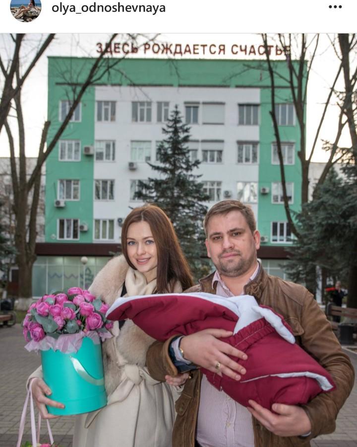 Пожалуй, один самых прекрасных поводов для букетов Tiffany Blooms. Фото от @olya_odnoshevnaya . Звоните +79000001133 Рашпилевская 28 Работаем с 8:00 до 20:00 tiffanyblooms.ru #цветыкрд #доставкацветовкраснодар #доставкабукетовкраснодар #букетвшляпнойкоробке