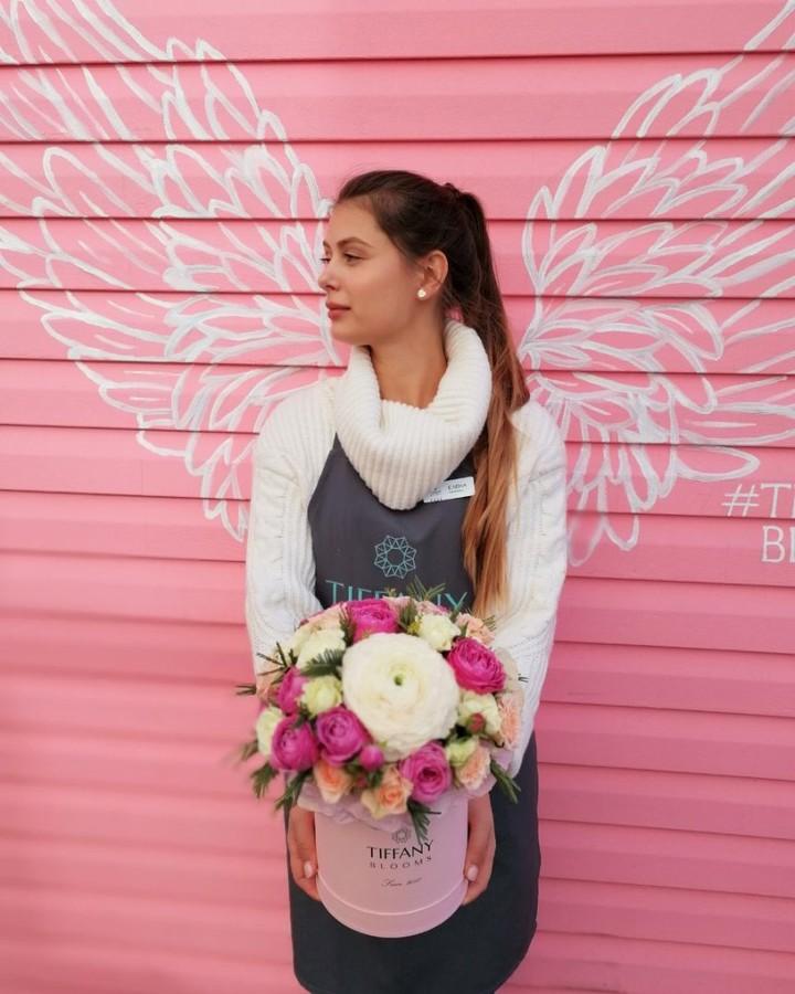 Ангельски красивые цветы в букете с ранункулюсами.  Звоните +79000001133 Рашпилевская 28 Работаем с 8:00 до 20:00 tiffanyblooms.ru #цветыкрд #доставкацветовкраснодар #доставкабукетовкраснодар #букетвшляпнойкоробке