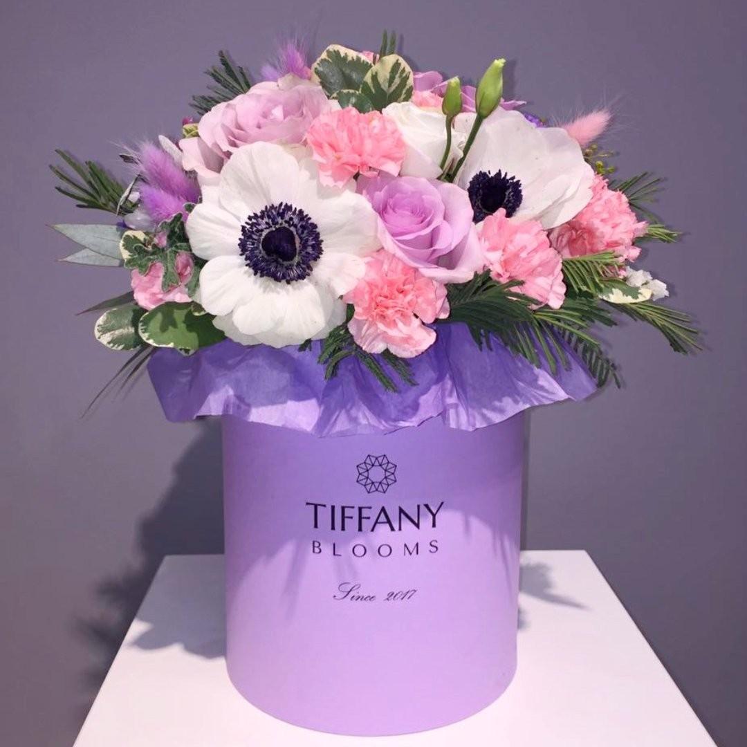 А вы знаете, что ультрафиолетовый или Ultra Violet признан цветом 2018 года по версии Pantone? А нам нравится. . Звоните +79000001133 Рашпилевская 28 Работаем с 8:00 до 20:00 tiffanyblooms.ru #цветыкрд #доставкацветовкраснодар #доставкабукетовкраснодар #букетвшляпнойкоробке