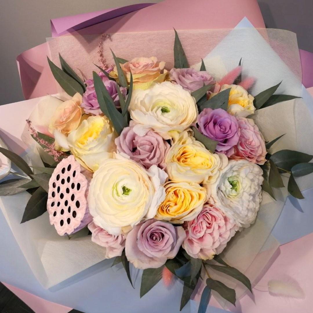 Лютики, они же ранункулюсы. Любимые цветы утонченных девушек. . Звоните +79000001133 Рашпилевская 28 Работаем с 8:00 до 20:00 tiffanyblooms.ru #цветыкрд #доставкацветовкраснодар #доставкабукетовкраснодар #букетвшляпнойкоробке