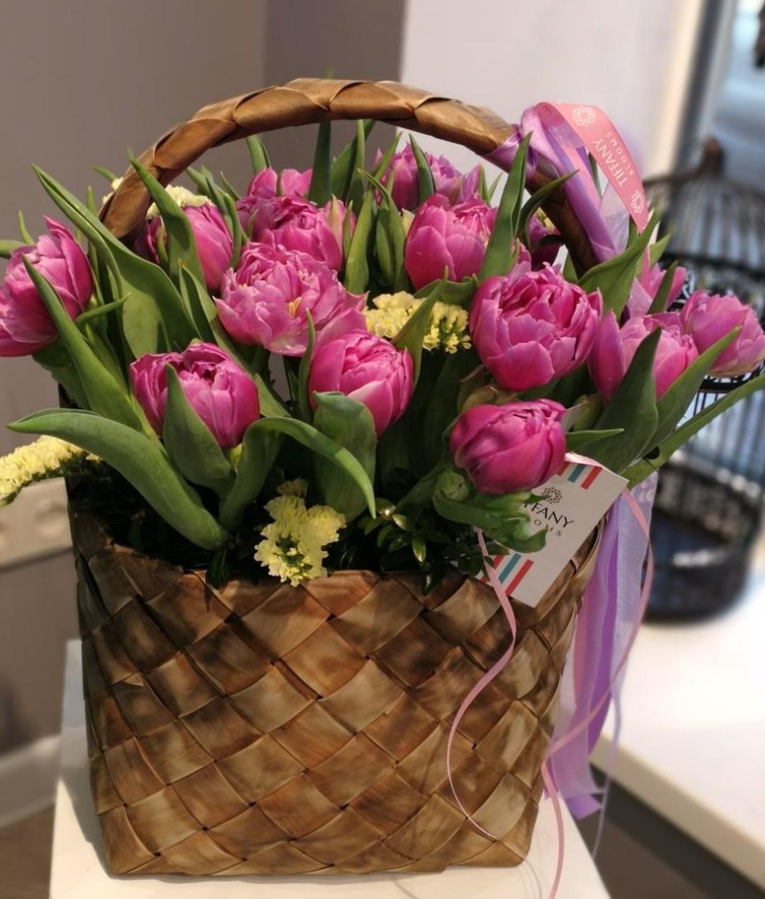 Душа просит весны и тюльпанов, а на улице зима ⛄. Так вот сегодня мы собрали немного весны в корзинку. . Звоните +79000001133 Рашпилевская 28 Работаем с 8:00 до 20:00 tiffanyblooms.ru #цветыкрд #доставкацветовкраснодар #доставкабукетовкраснодар #букетвшляпнойкоробке