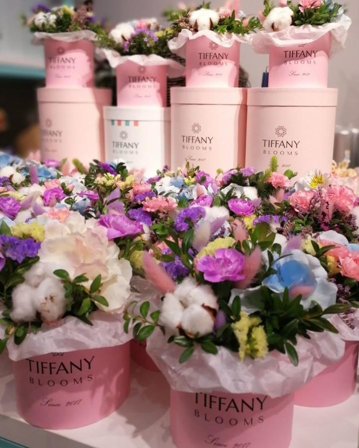 Красоты много не бывает. Полсотни таких розовых коробочек уехали к нашим друзьям. . Звоните +79000001133 Рашпилевская 28 Работаем с 8:00 до 20:00 tiffanyblooms.ru #цветыкрд #доставкацветовкраснодар #доставкабукетовкраснодар #букетвшляпнойкоробке