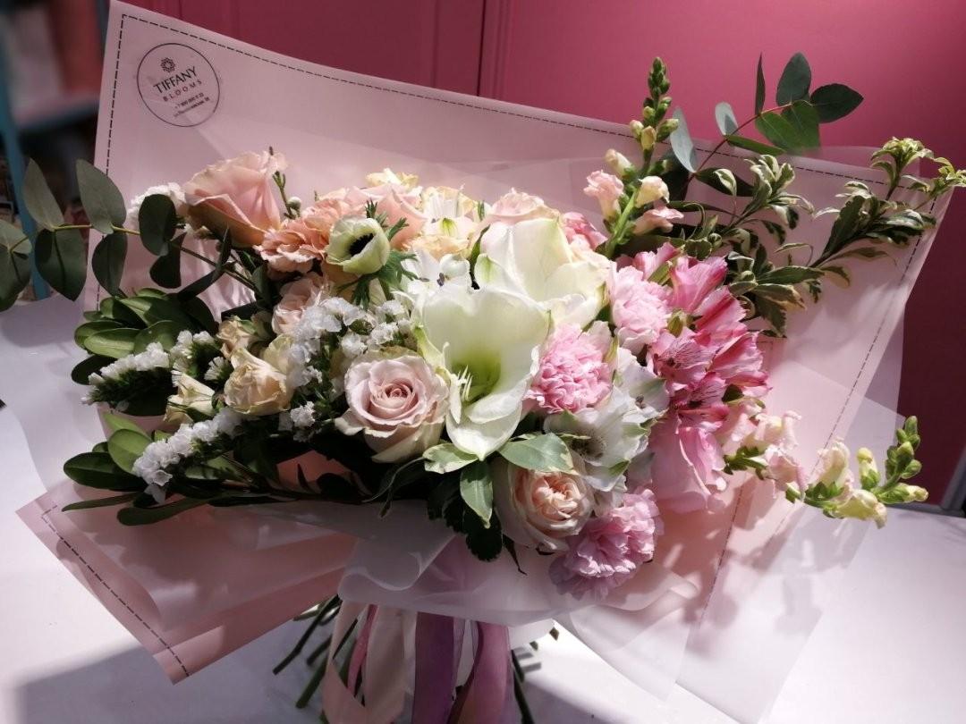 Скоро праздник, который мы любим не потому, что мы флористы. Для некоторых занятых людей это реальный повод от дел, вспомнить про весну и про ту прекрасную половину человечества, которая рядом все это время. . Звоните +79000001133 Рашпилевская 28 Работаем с 8:00 до 20:00 tiffanyblooms.ru #цветыкрд #доставкацветовкраснодар #доставкабукетовкраснодар #букетвшляпнойкоробке