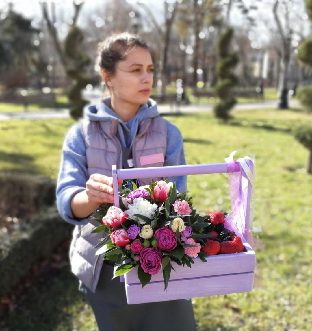Ягодный и цветочный подарок, яркий и симпатичный. Сделали мы его, а для корпоративных подарков собрали их десятки. . . Звоните +79000001133 Рашпилевская 28 Работаем с 8:00 до 20:00 tiffanyblooms.ru #цветыкрд #доставкацветовкраснодар #доставкабукетовкраснодар #букетвшляпнойкоробке