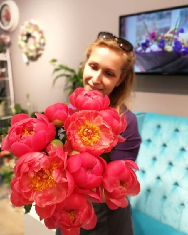 Есть цветы, как эти пионы, которые сами по себе захватывают взгляд. . Звоните +79000001133 Рашпилевская 28 Работаем с 8:00 до 20:00 tiffanyblooms.ru #цветыкрд #доставкацветовкраснодар #доставкабукетовкраснодар #букетвшляпнойкоробке