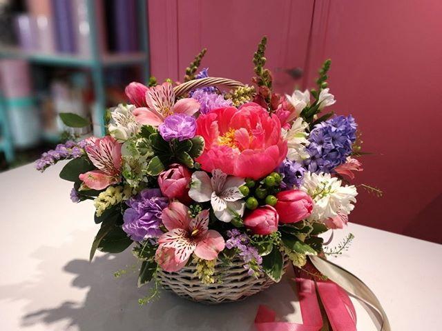 Если вы хотите порадовать девушку, подарите ей корзинку цветов. Мы не знаем ни одну девушку, которая бы отказалась от корзинки цветов. . . . Звоните +79000001133 Рашпилевская 28 Работаем с 8:00 до 20:00 tiffanyblooms.ru #цветыкрд #доставкацветовкраснодар #доставкабукетовкраснодар #букетвшляпнойкоробке