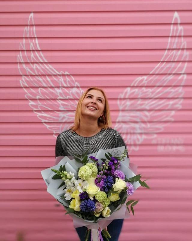 Эмоции и весёлый кадр с букетом Tiffany Blooms у очаровательной Аннушки. Спасибо @annyshka102 . . Звоните +79000001133 Рашпилевская 28 Работаем с 8:00 до 20:00 tiffanyblooms.ru #цветыкрд #доставкацветовкраснодар #доставкабукетовкраснодар #букетвшляпнойкоробке