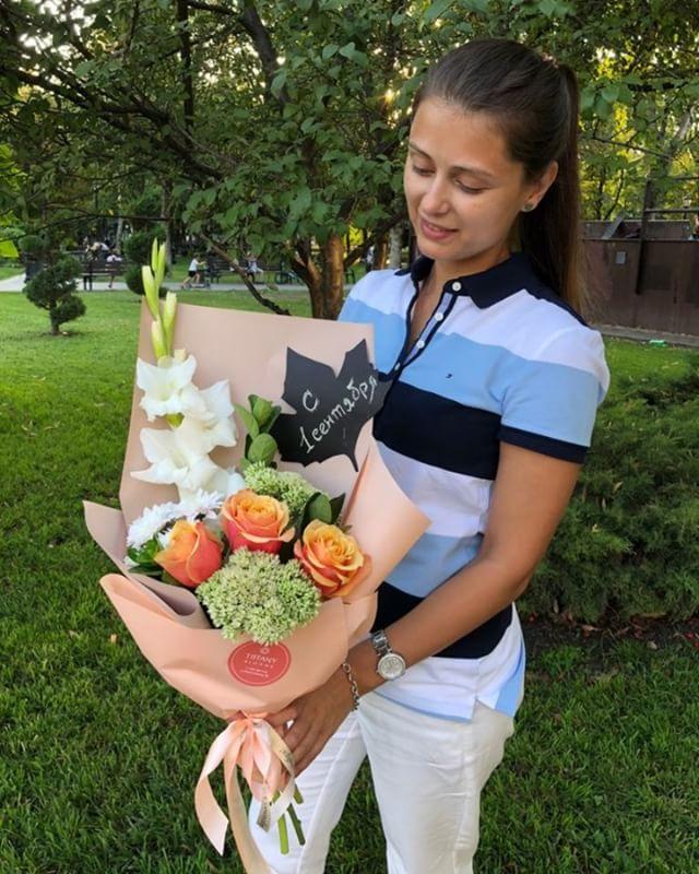 """Первое сентября – это первая чистая тетрадь, первый звонок, приятное волнение. И, как любой особенный день, он не может обойтись без цветов. В честь первого учебного дня, салон цветов @tiffanyblooms.ru подготовил серию стильных букетов, изысканно дополняющих торжественную атмосферу. Букет от """"Tiffany Blooms"""" гарантирует праздничное настроение, а кодовая фраза «С Днём Знаний!» - скидку, в размере 10%."""