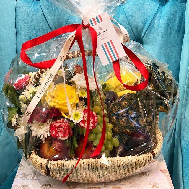 Вот такая ,корзина с фруктами и цветами, может стать приятным сюрпризом! ..Звоните +79000001133Рашпилевская 28Работаем с 8:00 до 20:00tiffanyblooms.ru.#букеткраснодар #букет_от_тиффани #tiffanyblooms #flowers #цветыкрд #доставкацветовкраснодар #доставкабукетовкраснодар #букетвшляпнойкоробке