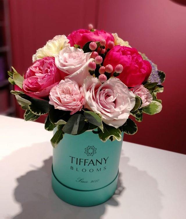 Комплимент от флориста любимому клиенту. А вы получаете подарки?..Звоните +79000001133Рашпилевская 28Работаем с 8:00 до 20:00tiffanyblooms.ru.#букеткраснодар #букет_от_тиффани #tiffanyblooms #flowers #цветыкрд #доставкацветовкраснодар #доставкабукетовкраснодар #букетвшляпнойкоробке