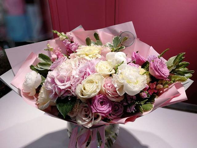 Сочетаемые нежности пионовые и розовые. Что вам нравится ярче или нежнее?..Звоните +79000001133Рашпилевская 28Работаем с 8:00 до 20:00tiffanyblooms.ru.#букеткраснодар #букет_от_тиффани #tiffanyblooms #flowers #цветыкрд #доставкацветовкраснодар #доставкабукетовкраснодар #букетвшляпнойкоробке