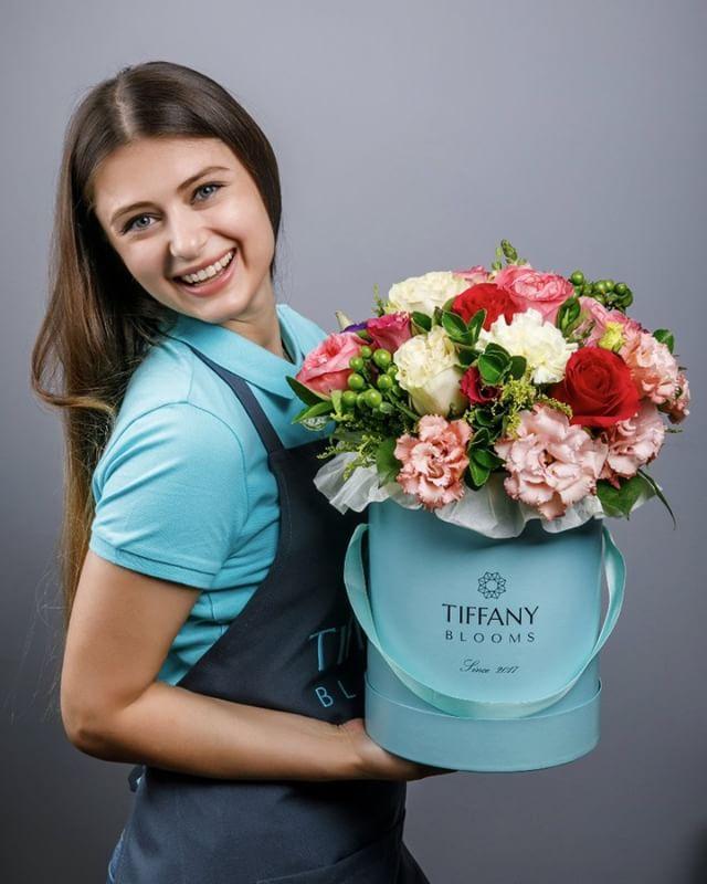 Воскресный фан и насыщенный составной букет, есть роза эксплорер, пионовидная роза, эустома, гвоздика голландская и роза мондиаль. ..Звоните +79000001133Рашпилевская 28Работаем с 8:00 до 20:00tiffanyblooms.ru.#букеткраснодар #букет_от_тиффани #tiffanyblooms #flowers #цветыкрд #доставкацветовкраснодар #доставкабукетовкраснодар #букетвшляпнойкоробке