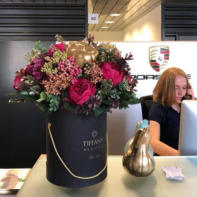 Салон Porsche, наш клиент, озолотился в осеннем наряде...Звоните +79000001133Рашпилевская 28Работаем с 8:00 до 20:00tiffanyblooms.ru.#букеткраснодар #букет_от_тиффани #tiffanyblooms #flowers #цветыкрд #доставкацветовкраснодар #доставкабукетовкраснодар #букетвшляпнойкоробке