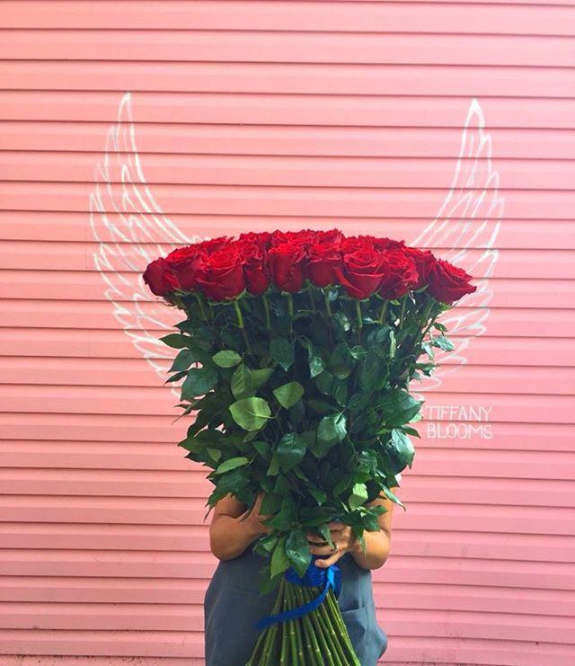 Когда радость выше головы. Мы редко, но метко готовим такие высоченные метровые розы...Звоните +79000001133Рашпилевская 28Работаем с 8:00 до 20:00tiffanyblooms.ru.#букеткраснодар #букет_от_тиффани #tiffanyblooms #flowers #цветыкрд #доставкацветовкраснодар #доставкабукетовкраснодар #букетвшляпнойкоробке