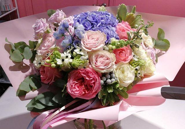 Настоящий акварельный букет в мягких цветах, словно с кисти художника...Звоните +79000001133Рашпилевская 28Работаем с 8:00 до 20:00tiffanyblooms.ru.#букеткраснодар #букет_от_тиффани #tiffanyblooms #flowers #цветыкрд #доставкацветовкраснодар #доставкабукетовкраснодар #букетвшляпнойкоробке